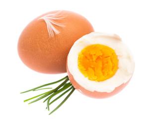 Gekochtes Ei mit Schnittlauch vor weißem Hintergrund