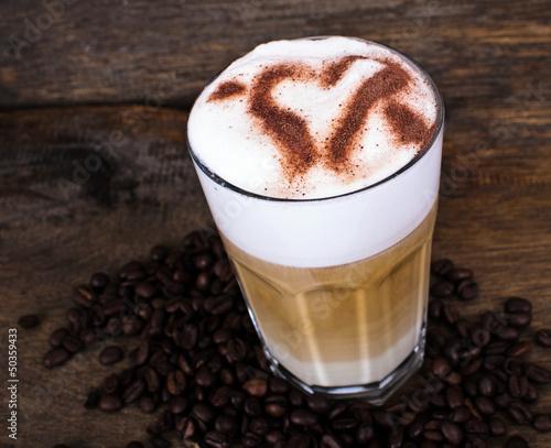 latte macchiato mit schokoladen herz stockfotos und lizenzfreie bilder auf bild. Black Bedroom Furniture Sets. Home Design Ideas