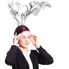 Frau mit Kopfschmerzen und rauchendem Kopf