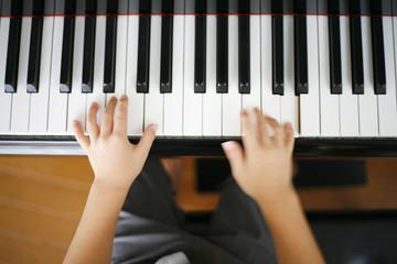 ピアノを弾く男の子の手