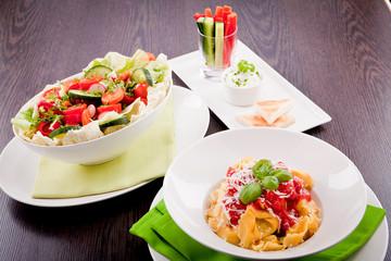 Verschiedene angerichtete Teller mit Pata nudeln salat und gemü