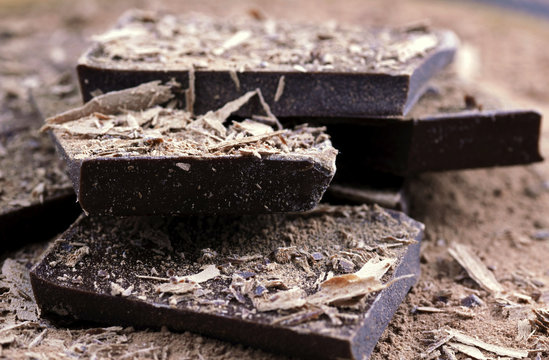Carré de chocolat et copeaux de cacao