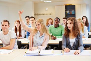 Schülerin hebt Hand in der Schule