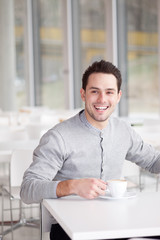 mann im cafe