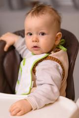 Kind dreht sich auf Stuhl um