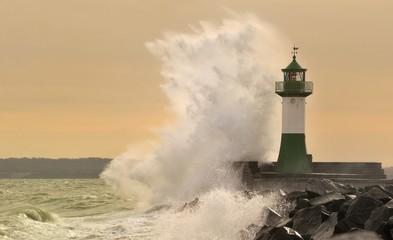 Foto auf Acrylglas Leuchtturm Leuchtturm im Sturm