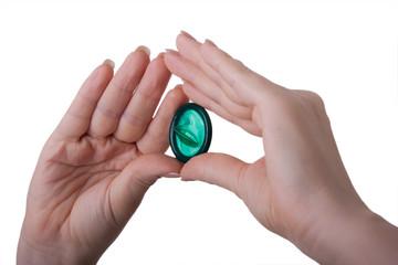 Presentation eines grünen Kondoms