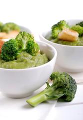 crema di broccoli con crostini in ciotola bianca