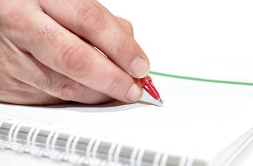 Escribiendo con el bolígrafo.