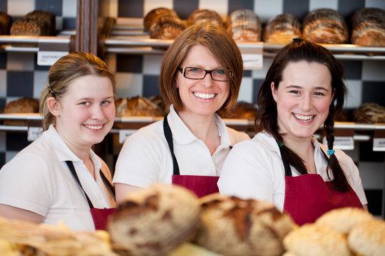 freundliche verkäuferinnen in der bäckerei