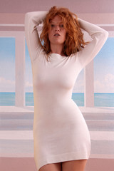 Frau in Sommerkleid