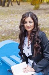 Девушка с книгой на скамейке
