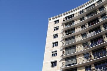 Immeuble arrondi et ciel bleu