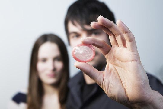 junges paar mit kondom