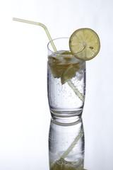 Mineralwasser mit Zitronen und Spiegelbild