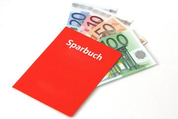 Rotes Sparkassenbuch, in dem sich Geldscheine befinden