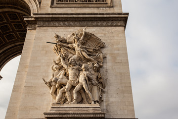 Fototapete - detail of statues on Arc de Triomphe, Paris