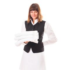 Reinigungskraft mit frischen Handtüchern