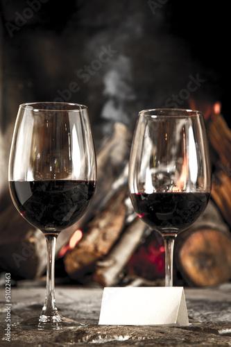 """Copas de vino tinto con chimenea y fuego de fondo."""" fotos de ..."""