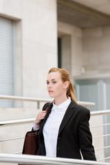 geschäftsfrau auf dem weg ins büro