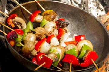 Wok Brochete de pollo, morron, cebolla y champignones