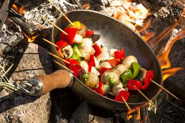 wok, Brochete de pollo, morron, cebolla y champignones.
