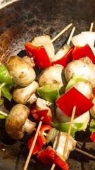 Brochete de pollo, morron, cebolla y champignones a la parilla.