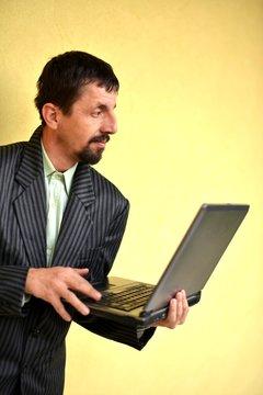 homme avec ordinateur portable