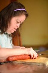 Trisomique femme a la cuisine