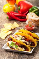 Taco mit Chili Con Carne auf Teller