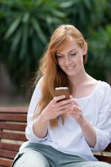 junge frau schreibt sms
