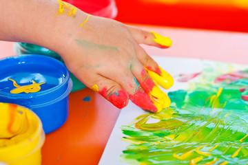 Kinderhand beim malen