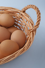 Huevos en cesta con fondo azulado