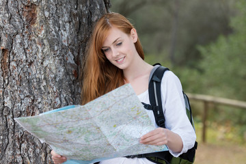 frau wandert mit landkarte