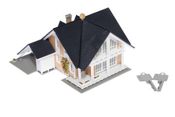 Luxus Haus mit Haustürschlüsseln freigestellt