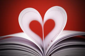 serce z białych kartek na czerwonym tle