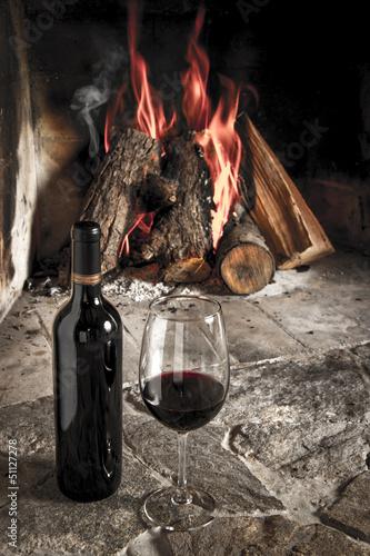"Copa de vino tino con fuego de chimenea de fondo."" fotos de ..."