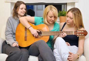 Junge Frauen musizieren gemeinsam