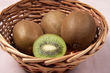 kiwi nel cestino