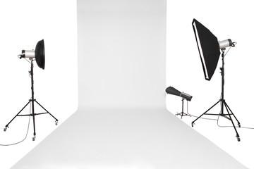 Fotostudio Set mit Studioblitzen und weißen Hintergrund