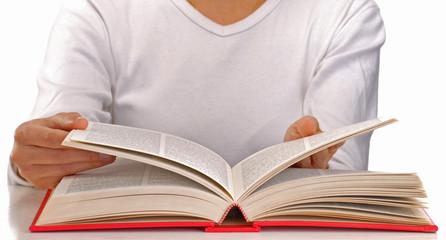 Mujer leyendo un libro en fondo blanco.