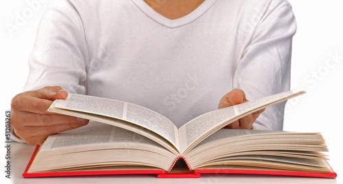 """Mujer Leyendo El Libro En Blanco En El Jardín: """"Mujer Leyendo Un Libro En Fondo Blanco."""" Fotos De Archivo"""