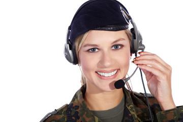 Junge Frau im Militär Outfit und Head Set lächelt freundlich