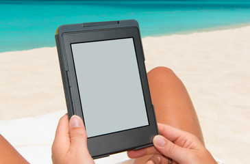 e-book reader am Strand