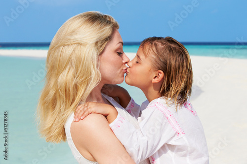beautiful girls kissing on beach № 200676