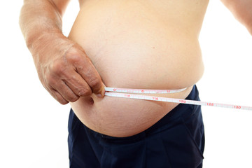 腹囲を測定する肥満気味の男性