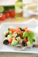 Tofu-Gemüse-Salat mit schwarzen Oliven