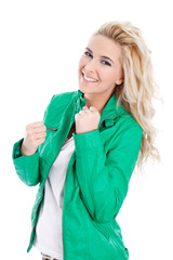 Lachende Powerfrau - blond in Grün isoliert - happy