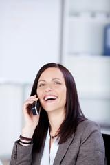 geschäftsfrau telefoniert im büro