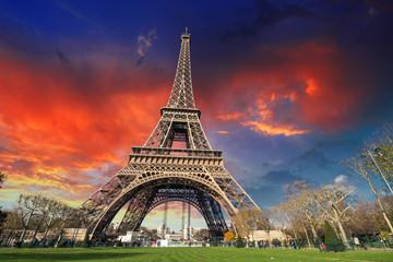 Fotomurales - Paris - La Tour Eiffel. Wonderful sunset colors in winter season